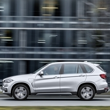 The X5 xDrive40e can reach 100km/h in 6.8 seconds and a limited top speed of 210km/h in hybrid mode