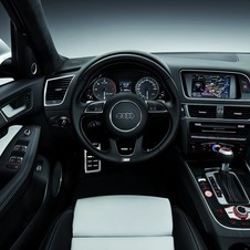 Inside the car mixes Pearl leather and black Alcantara